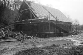 4_ Výstavba rekonstrukce hamru v Mlýnské dolině, 1985 / Building the reconstruction of the tilt-hammer in Water Mill Valley, 1985